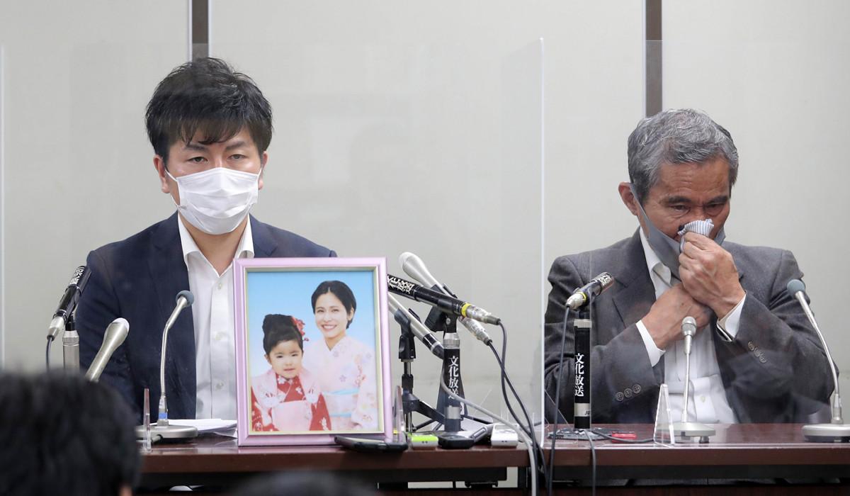 池袋暴走事故の被害者である妻・真菜さん、長女・莉子さんの遺影を前に会見する夫・松永拓也さん(左)と、真菜さんの父・上原義教さん