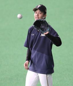 試合前練習でキャッチボールをする杉浦稔大