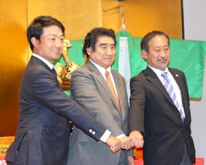 都内で記者発表会に出席した(左から)市原弘大、ISPS・半田晴久会長、JGTO・浦山豊競技部統括部長