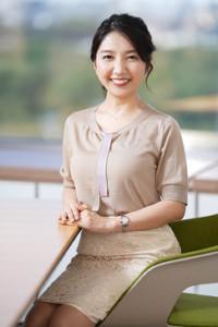 笑顔を見せるNHKの保里小百合アナウンサー(カメラ・矢口 亨)