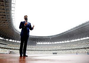 国立競技場を視察する世界陸連のセバスチャン・コー会長(ロイター)