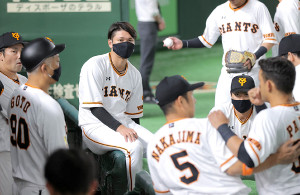 スタメンを外れ、マスク姿で円陣に加わった坂本勇人