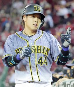6回無死一、三塁、西勇輝の右前適時打で生還した三塁走者・梅野隆太郎がベンチの出迎えを受ける(カメラ・豊田 秀一)