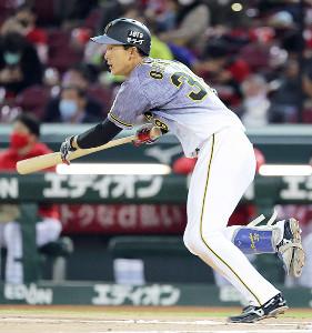 6回無死一塁、小幡竜平が中前安打を放つ(カメラ・豊田 秀一)