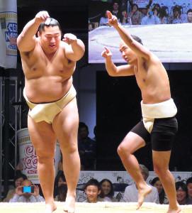 まわし姿の斎藤司(右)が大相撲・遠藤とパフォーマンス