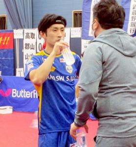 7日の試合で彩たま・坂本竜介監督(右)からアドバイスを受ける岡山・上田仁