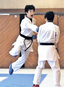 ジャンプしながら上段へ突きを放つ常葉大菊川の竹田主将