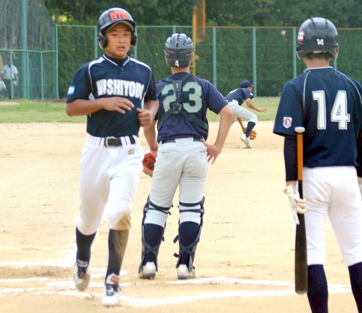 初回、西淀・仲西の適時三塁打で二塁走者・濱田が生還し西淀が先制