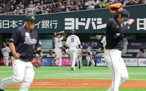 6回2死二塁、柳田(中央9)は空振り三振に倒れ、肩を落としてベンチに戻る
