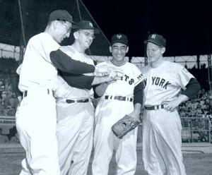 1955年の日米野球でヤンキースの一員として来日したフォード氏(右)。左から杉下、コンスタンティ、別所、フォード