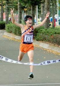 2連覇のゴールテープを切った札幌山の手男子のアンカー・大橋