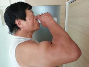 引退後も鍛え上げられている小林邦昭氏の右腕