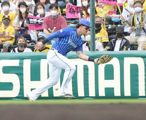 2回無死一、三塁、梅野隆太郎のフライをオースティンが落球し、阪神に勝ち越し点が入る(カメラ・岩崎 龍一)