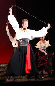 「パッション・ダムール」でガウチョの衣装でムチを手に踊る専科・凪七瑠海