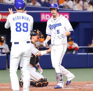 2回2死一塁、阿部寿樹が左越え同点2ラン本塁打を放ち、英智コーチ(左)に迎えられる