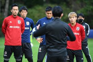 森保監督(手前)の話を聞く(左から)吉田、権田、川島、堂安(日本サッカー協会提供)