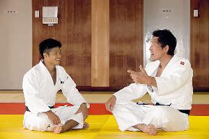 対談する丸山(左)と篠原さん