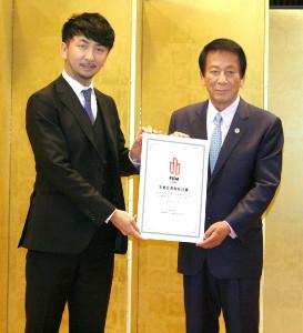 日本国際ダンス連盟「FIDA JAPAN」の名誉会長に就任した杉良太郎(右)、左は神田勘太朗会長