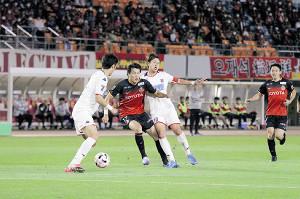 名古屋FW山崎(左から2人目)と競り合う札幌MF宮沢(同3人目)