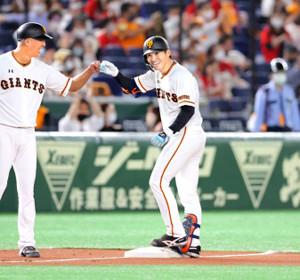 楽々三塁に到達し、笑顔で後藤コーチ(左)とグータッチする高橋。マジック「9」を呼び込む決勝打となった(カメラ・泉 貫太)