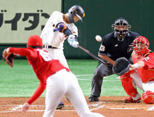 2回2死一塁、高橋は遠藤(手前)のスライダーを強振し右中間を破る