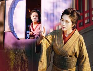 主人公の澪(松本穂香)(右)と野江(奈緒)の友情を描く映画「みをつくし料理帖」