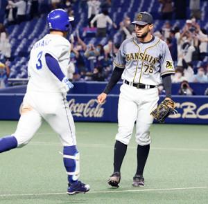 中日・高橋(左)に逆転サヨナラ3ランを許した阪神・スアレス