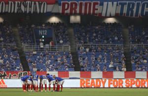日産スタジアムでの試合前に円陣を組む横浜Mイレブン