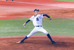 ヤンキースによく似たデザインのユニホームで力投する八戸西・福島(カメラ・有吉 広紀)