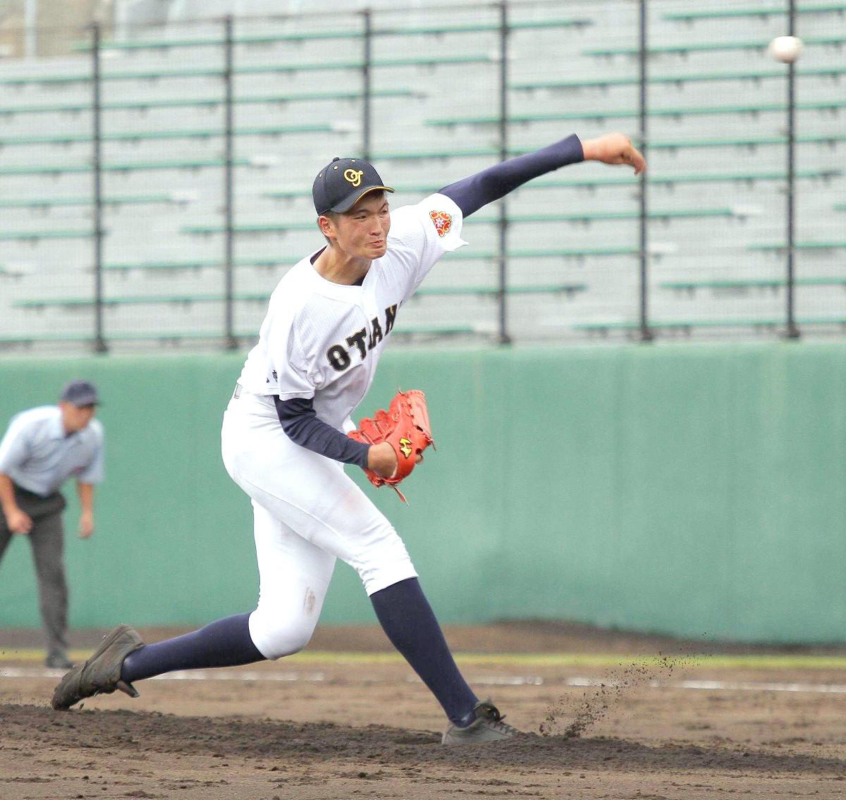 2メートルの長身から投げ下ろす札幌大谷の阿部剣友投手