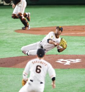 1回1死一塁、松山の打球を捕球し倒れ込んだサンチェスは座ったまま二塁に送球、投ゴロ併殺を完成させた(手前は坂本=カメラ・宮崎 亮太)