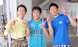 初勝利の山本兼士(中)が同期の斉藤仁(左)、坂口周に祝福されVサイン