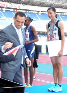 室伏広治スポーツ庁長官(左)から賞状を受け取った磯貝