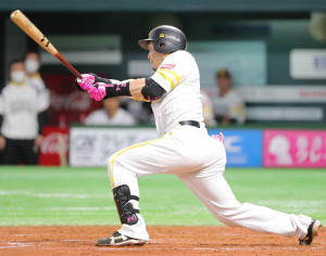 3回無死一塁、松田宣浩は右中間への2ラン本塁打