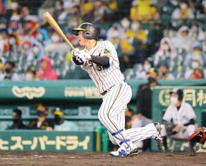 8回無死一塁、代打・井上が中越えに適時二塁打を放つ(カメラ・豊田 秀一)