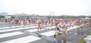 箱根駅伝予選会でスタートする各大学の選手たち(カメラ・竜田 卓)