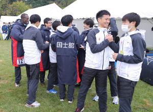 予選会5位で本選出場を決め、喜ぶ国士舘大の選手たち(カメラ・相川 和寛)