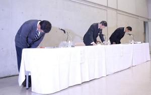 東海大学野球部員の大麻所持発覚による無期限活動停止に関し、会見を開いて謝罪する(左から)伊藤栄治野球部部長、山田清志学長ら