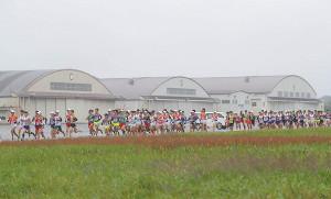 陸上自衛隊立川駐屯地の敷地内を走る各大学の選手たち(カメラ・相川 和寛)