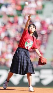 ALS(筋萎縮性側索硬化症)の啓発のため、始球式を行った広島県立御調高校・角森巴海さん