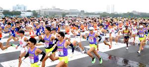 箱根駅伝の出場を目指し、予選会で一斉にスタートを切る各大学の選手たち(カメラ・竜田 卓)