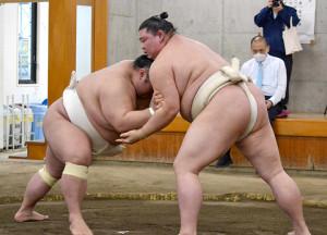 貴景勝(左)と稽古を行う正代(代表撮影)