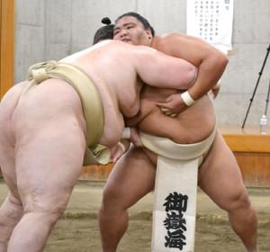 逸ノ城と相撲を取る稽古を行う御嶽海(右)=代表撮影=