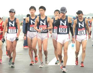 レース後、肩を落として引き揚げる日大・樋口翔太(108)ら