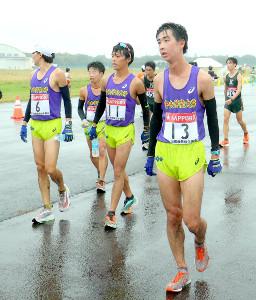 ゴール後、肩を落として歩く吉本光希(右)ら中央学院大の選手たち