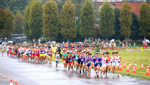 箱根駅伝の出場を目指し、予選会で周回コースを力走する各大学の選手たち(カメラ・竜田 卓)