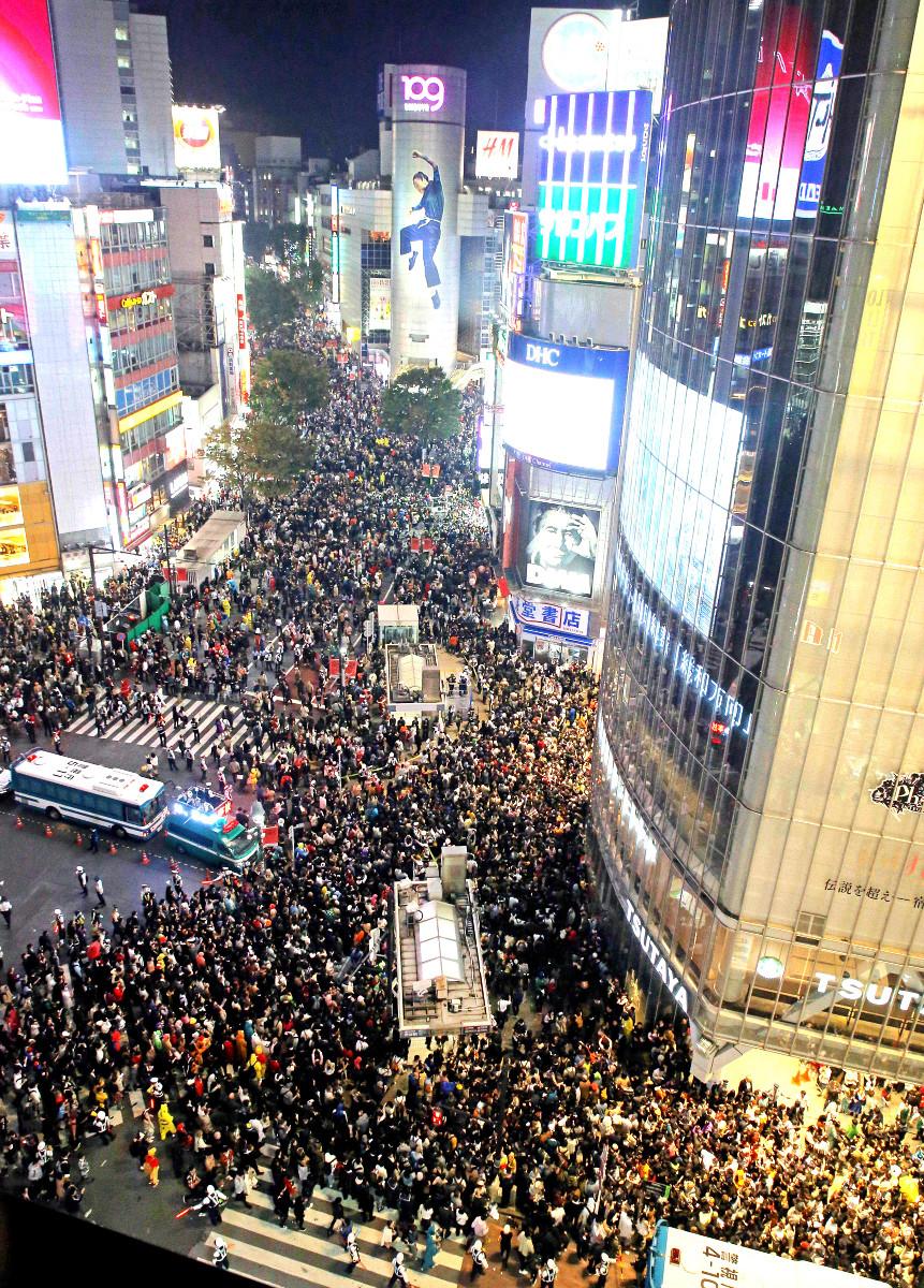 昨年10月31日、ハロウィーンの仮装をした人で埋め尽くされたJR渋谷駅前