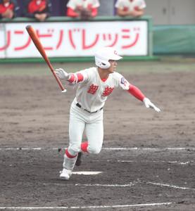 4回1死満塁、中前へ勝ち越しの適時打を放つ智弁学園・西村王雅(カメラ・谷口 健二)