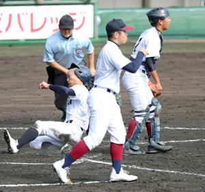 3回1死二塁、吉田元の先制適時打で生還する龍谷大平安・実谷大周