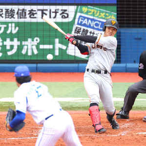 3回1死一、二塁、中前適時打を放つ田中俊太(投手・上茶谷)